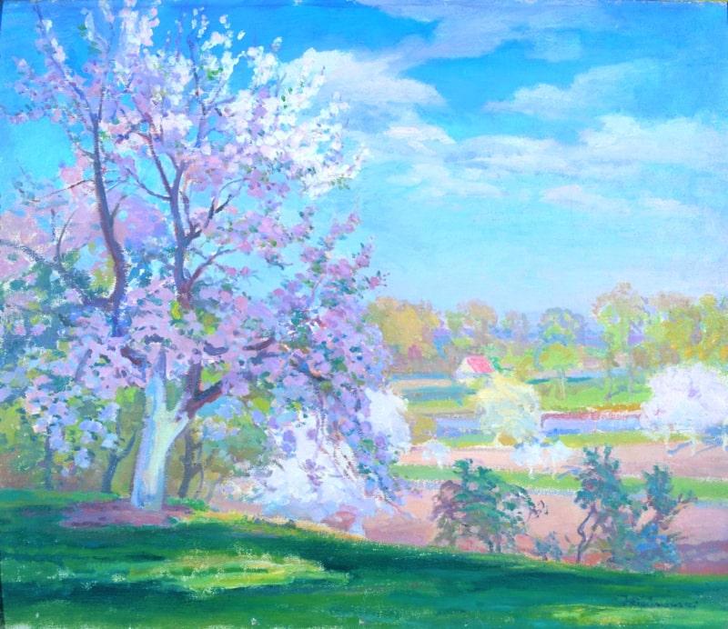 Po lewej stronie widać drzewo kwitnące z różowo - białymi pąkami kwiatów. W tle sad z kwitnącymi drzewami.