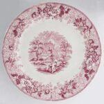 Na zdjęciu widać zdobiony talerz płaski, fajans delikatny w kolorze różu.