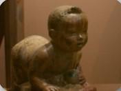 na zdjeciu rzeźba przedstawiająca raczkujące dziecko