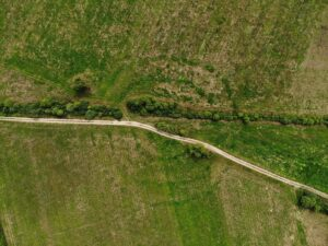 Widok z lotu ptaka na grodzisko dolinne na bagnach