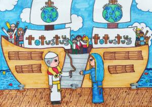 Papież na nabrzeżu przekazuje linę z żaglowcem z ludźmi całego świata Maryi. Na żaglach napisy Totus Tuus oraz kula ziemska. Niebo, chmury