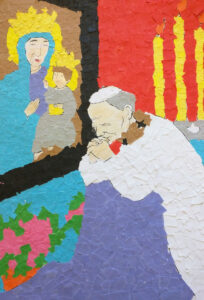 Jan Paweł II przy fioletowym klęczniku przed obrazem jasnogórskim. Płonące świec na czerwonym tle.