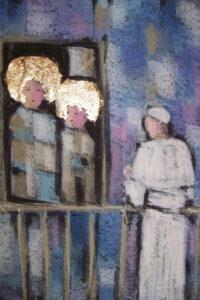 Stojący papież z różańcem przed obrazem Maryi i Jezusa. Tło w odcieniach błękitów i fioletu.