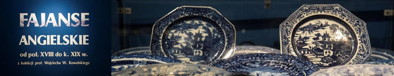 Po lewej stronie napis: Fajanse angielskie od połowy XVIII do k. XIX wieku z kolekcji prof. Wojciecha W. Kowalskiego. Po prawej widać talerze fajansowe w kolorze niebieskim.