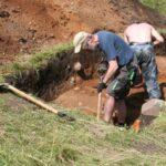 Prace archeologiczne w wykopie założonym na wale zewnętrznym grodziska