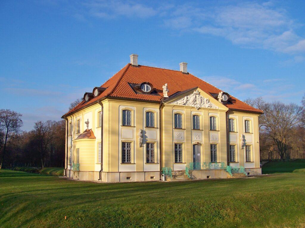 Pałacyk w Choroszczy z nową odsłona kolorystyczną. Elewacja w jasnej ugrowej żółci i kremowej bieli.