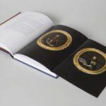Otwarta książka z tekstem i kolorową fotografią.