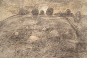 Rysunek ołówkiem przedstawiający macewy na trawie. W oddali widać zachodzące słońce.